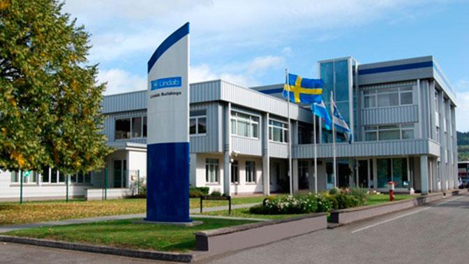 «Унизительная сегрегация»: польский завод «пометил» работников с Украины жовто-блакитной формой