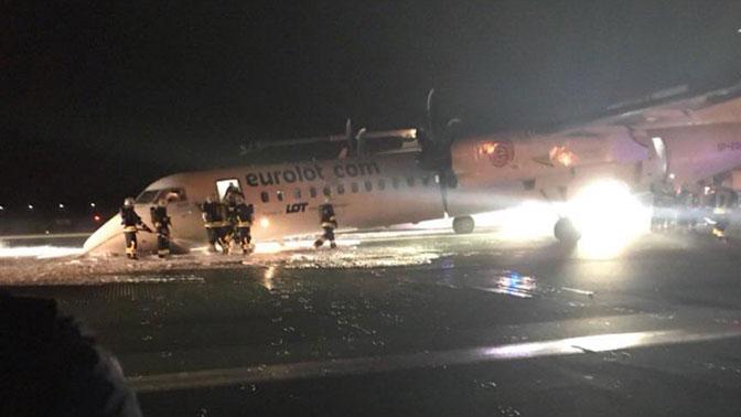 Размещено фото самолета, севшего вВаршаве без переднего шасси