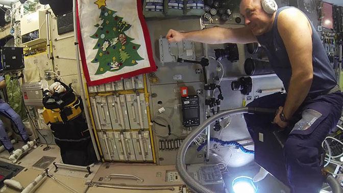Русский космонавт полетал поМКС напылесосе