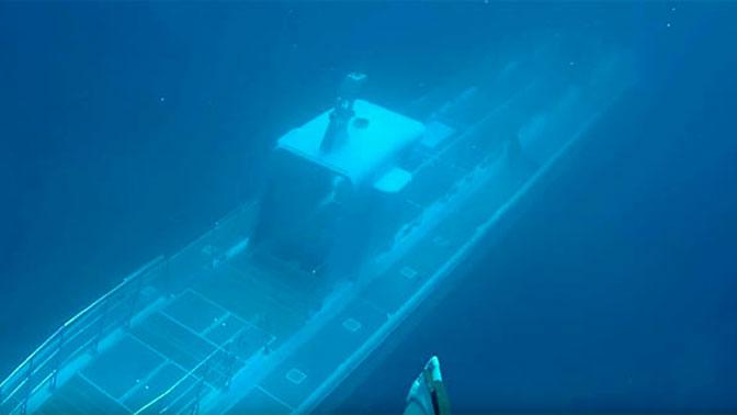 Таинственная подлодка проплыла мимо дайверов и исчезла в глубине: видео