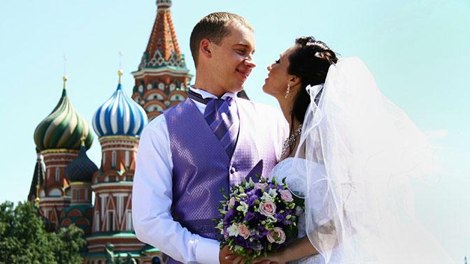 Росстат сказал, что жители России стали чаще жениться