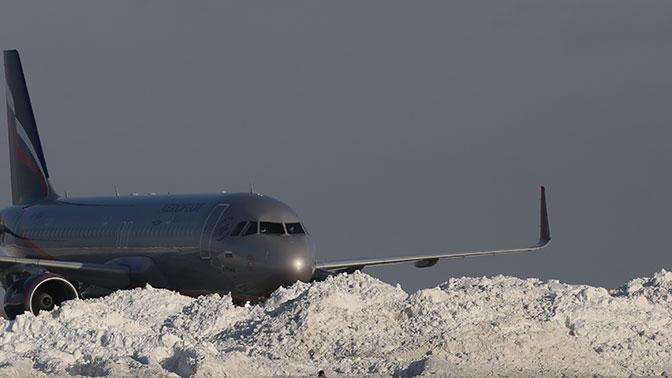 В московских аэропортах задержали и отменили более 50 рейсов