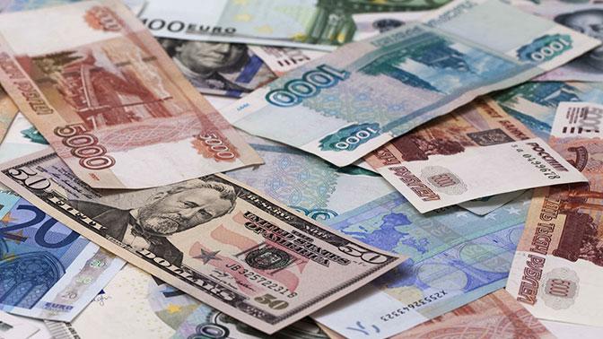 Доллар и евро снизились относительно рубля