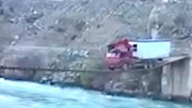 Без права на ошибку: огромный грузовик c домом проехал по узкому мосту над рекой