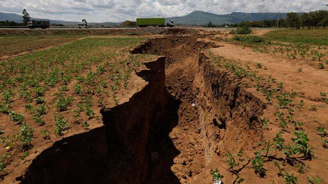 Разрывающая Африку на части трещина уничтожила автомагистраль: видео