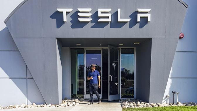 Топ-менеджер Tesla перешел вWaymo после трагедии сучастием электрокара