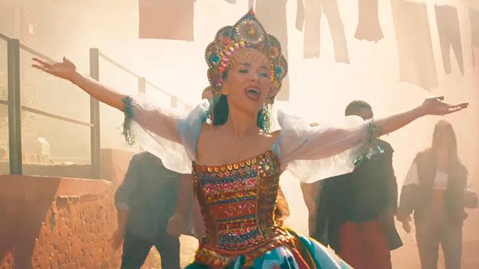Орейро спела на русском и станцевала в кокошнике в клипе к ЧМ-2018