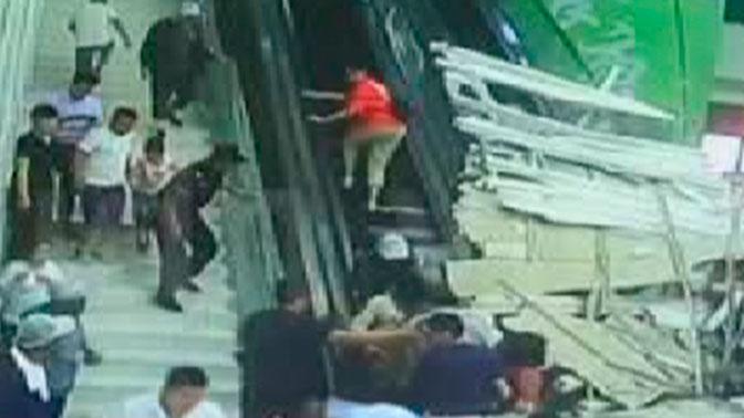 Крыша туристического центра рухнула на китайцев: видео