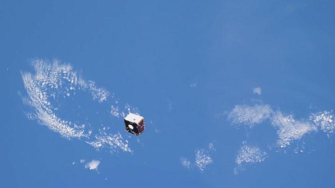 Космонавт Артемьев снял на видео пролетающий мимо МКС спутник