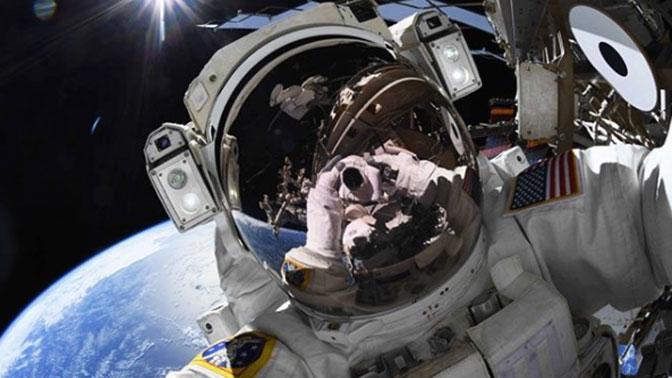 Астронавт показал селфи во время выхода в открытый космос