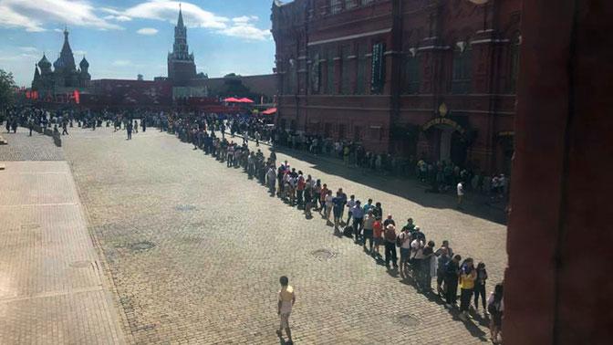 К Мавзолею на Красной площади выстроилась огромная очередь