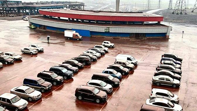 Автопарковку в Норильске накрыло «кровавым» дождем
