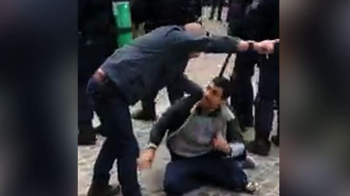 Телохранитель Макрона жестоко избил демонстранта: видео
