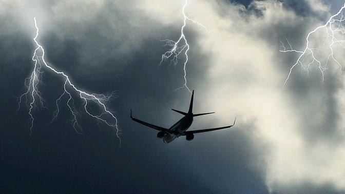 Молния ударила в пассажирский самолет над территорией Украины