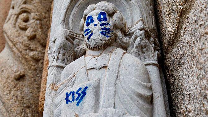 Фанаты группы Kiss осквернили статую святого XII века, пририсовав ей кошачьи усы