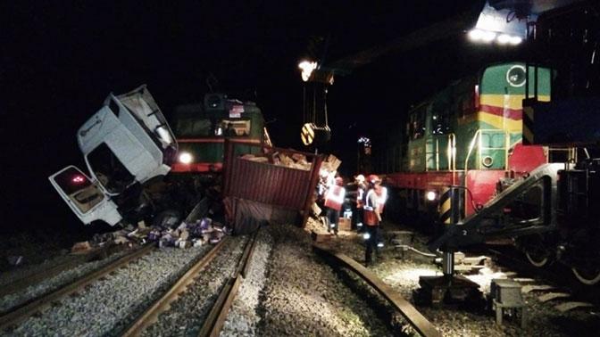 Товарный поезд протаранил грузовик под Владимиром