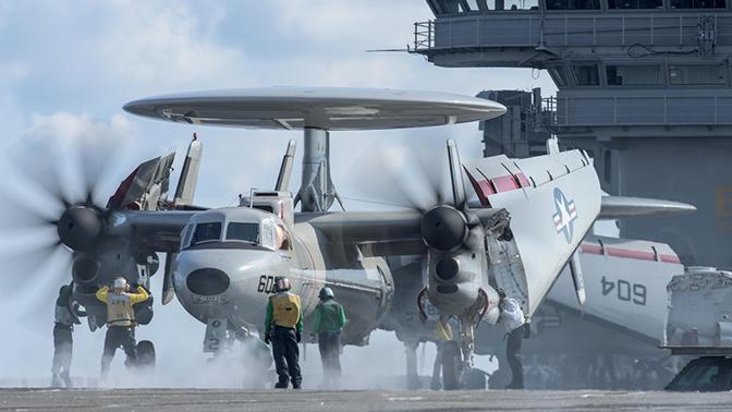 Матроса разрубило винтом самолета на палубе авианосца ВМС США