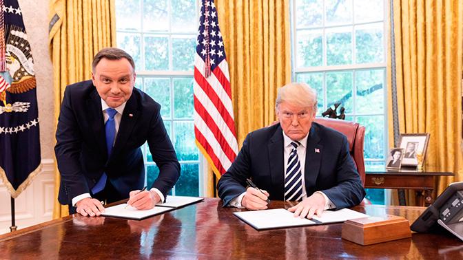 Польский телеканал уволил сотрудника за «унизительное» фото Дуды c Трампом