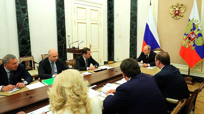 Путин призвал найти средства на пенсионные изменения