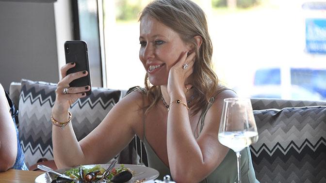 СМИ: Samsung подал иск на Собчак на $1,5 млн за использование iPhone