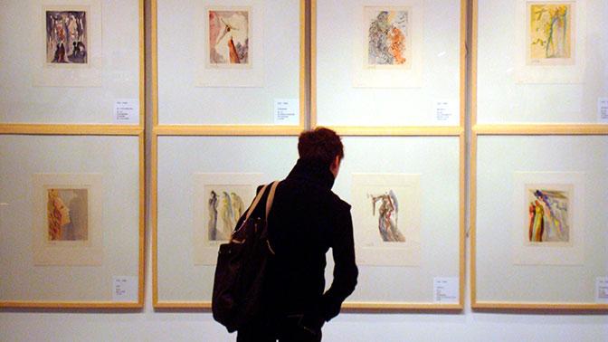 ВЕкатеринбурге ищут девушек, повредивших картину Дали навыставке