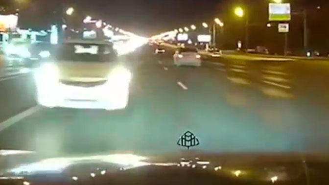 Момент столкновения Maybach и Hyundai на Кутузовском проспекте попал на видео