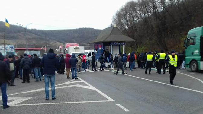 В Закарпатье протестующие перекрыли трассу с требованием снизить тарифы на газ