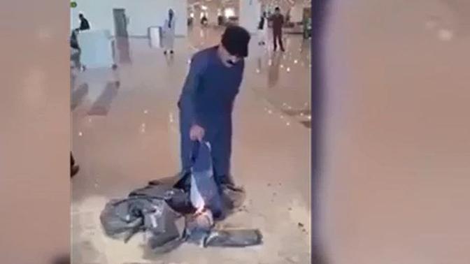 Разгневанный отменой рейса пассажир устроил «костер» из своего багажа в аэропорту: видео