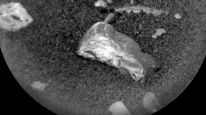На Марсе обнаружен неопознанный блестящий объект