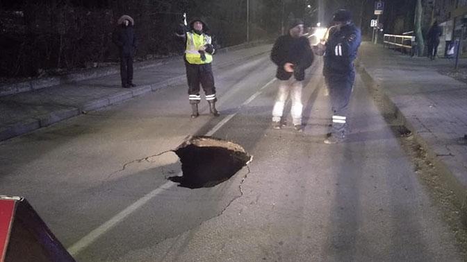 Под Калининградом на дороге образовалась огромная яма