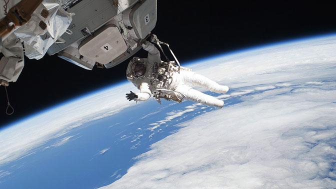 Астронавты случайно потеряли в открытом космосе деталь во время установки оборудования