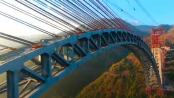 Железнодорожный мост с самым длинным пролетом в мире построили в Китае