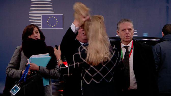 Трогал волосы и кидал документы: странное поведение главы Еврокомисии попало на видео