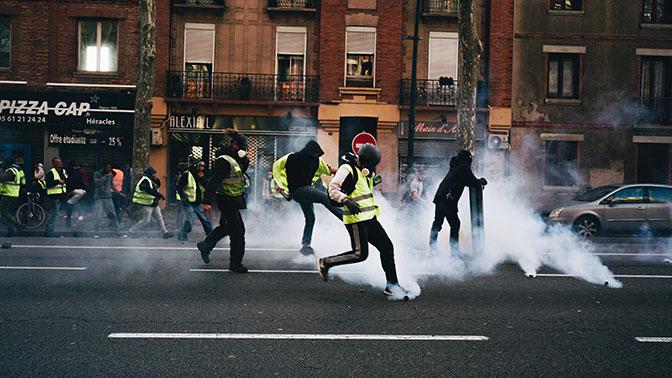 В BBC объяснили поиски влияния России на протесты во Франции