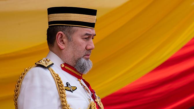 Женившийся на мисс Москва король Малайзии отрекся от престола