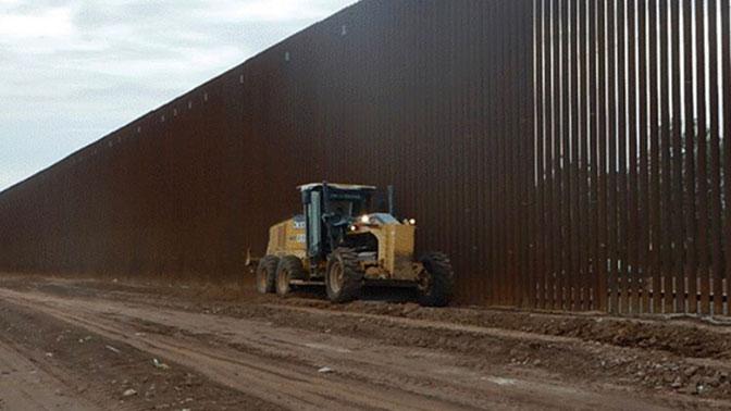 «Высокая и красивая»: Трамп показал фото стены на границе с Мексикой
