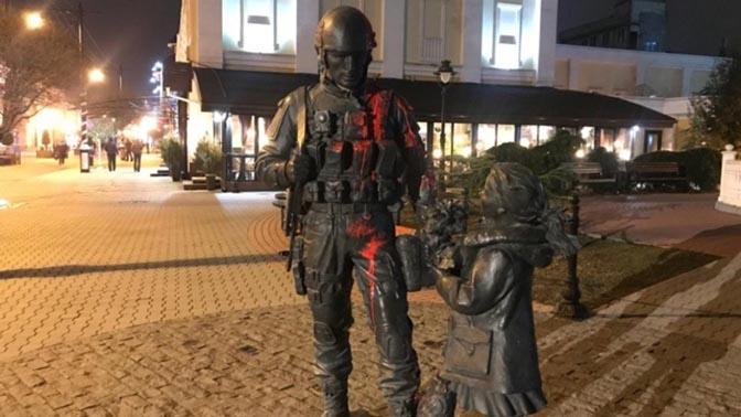 Нетрезвый вандал осквернил монумент «вежливым людям» вСимферополе