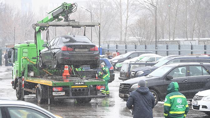 В Госдуме предложили отменить эвакуацию неправильно припаркованных машин зимой