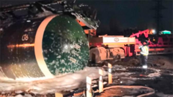 Поезд с топливом сошел с рельсов после столкновения с фурой в Липецке