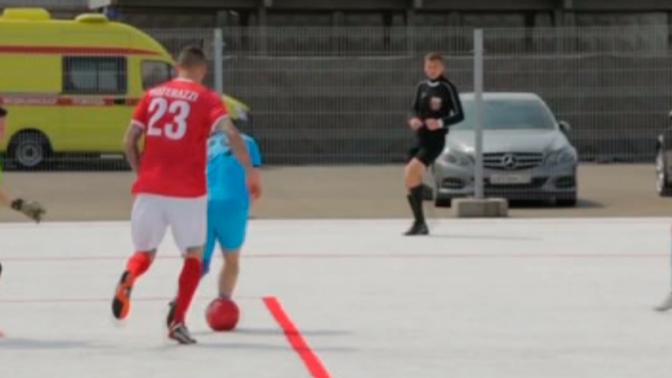 Матерацци сыграл в Сочи на футбольном поле из пластиковых стаканов