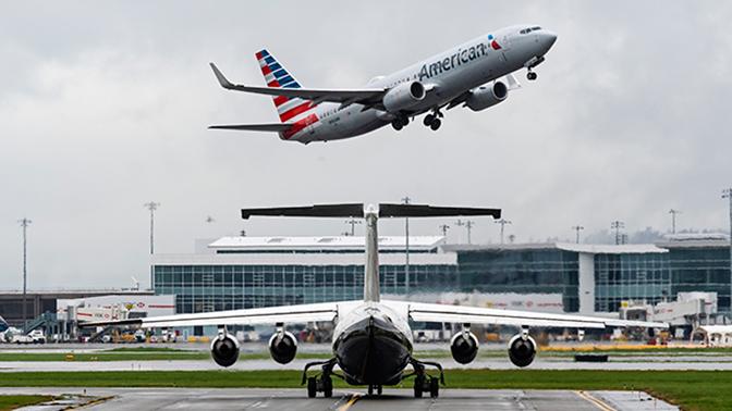 В США мужчина облил пассажиров странной жидкостью и выпал из самолета
