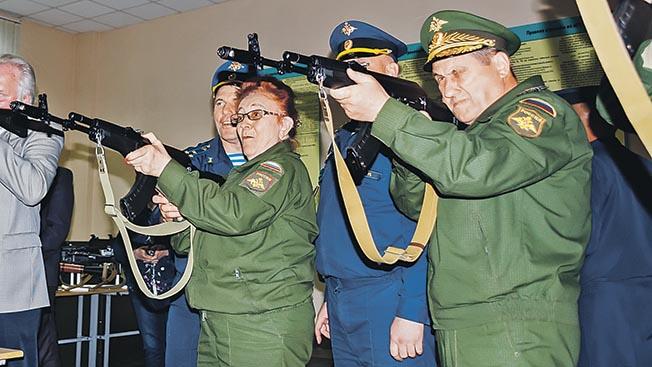 Русский десантник может все: и с неба лететь, и стрелять, и верхом скакать