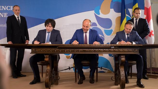 В Киеве помечтали о Балто-Черноморском щите Европы