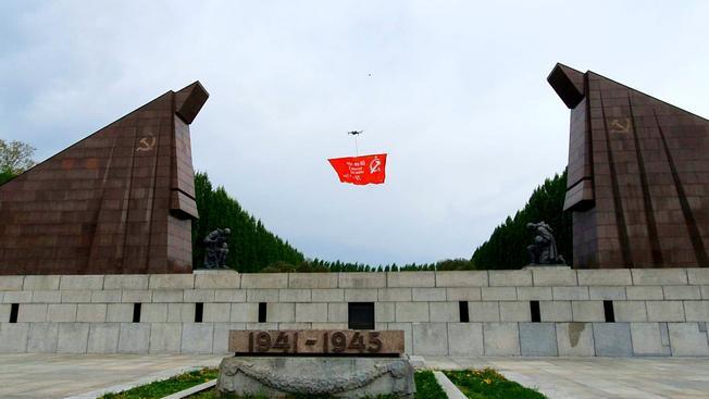 Знамя Победы в небе Берлина