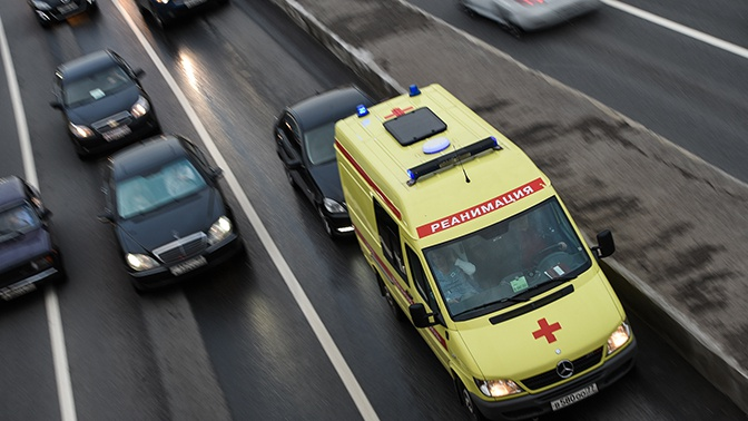 В центре Москвы автомобиль врезался в автобусную остановку