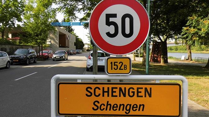 «Больше не работает»: Макрон предложил сократить Шенгенскую зону