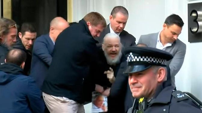 Отец Ассанжа связал арест сына с траншем МВФ