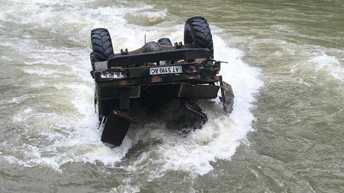 Автомобиль с туристами рухнул в реку на Украине