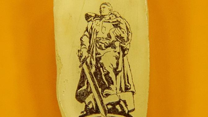 Сибиряк изобразил Воина-освободителя на рисовом зернышке