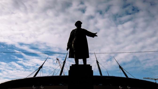 Памятник Кирову в Петербурге «нарядили» в форму «Зенита»